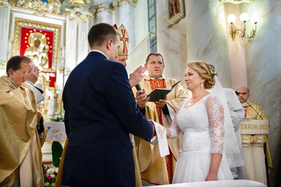 ceremonia-slubu-niedrzwica-biskup-15