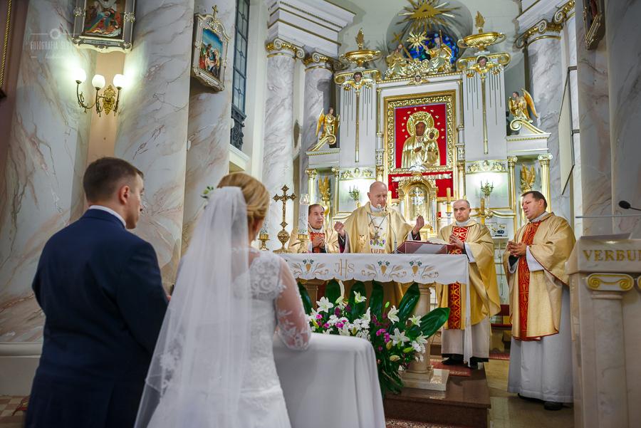 ceremonia-slubu-niedrzwica-biskup-23